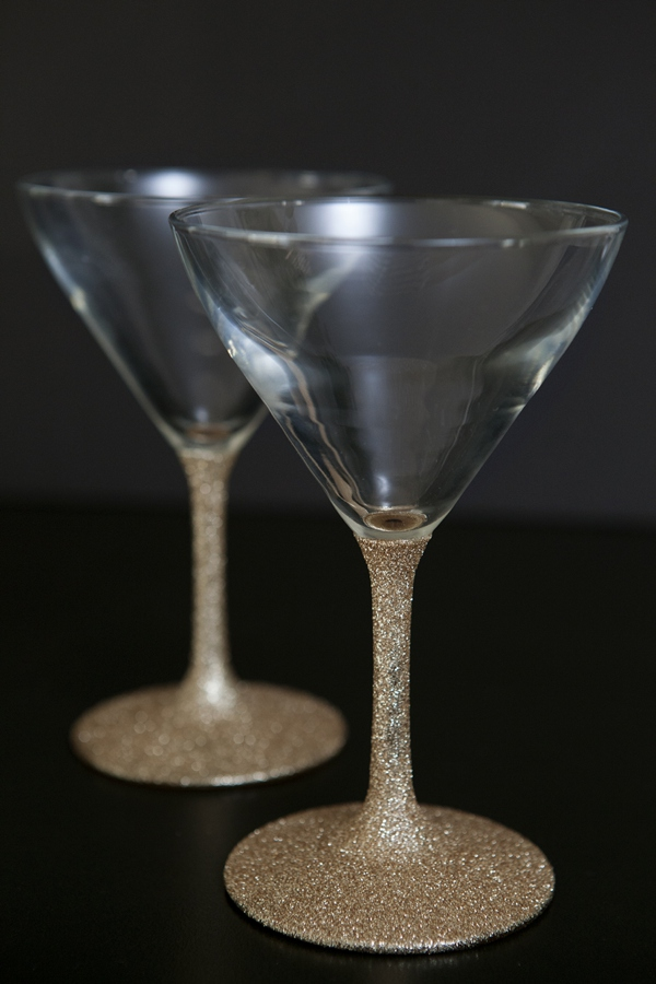 Learn how easy it is to make glittered glassware How to make wine glasses sparkle