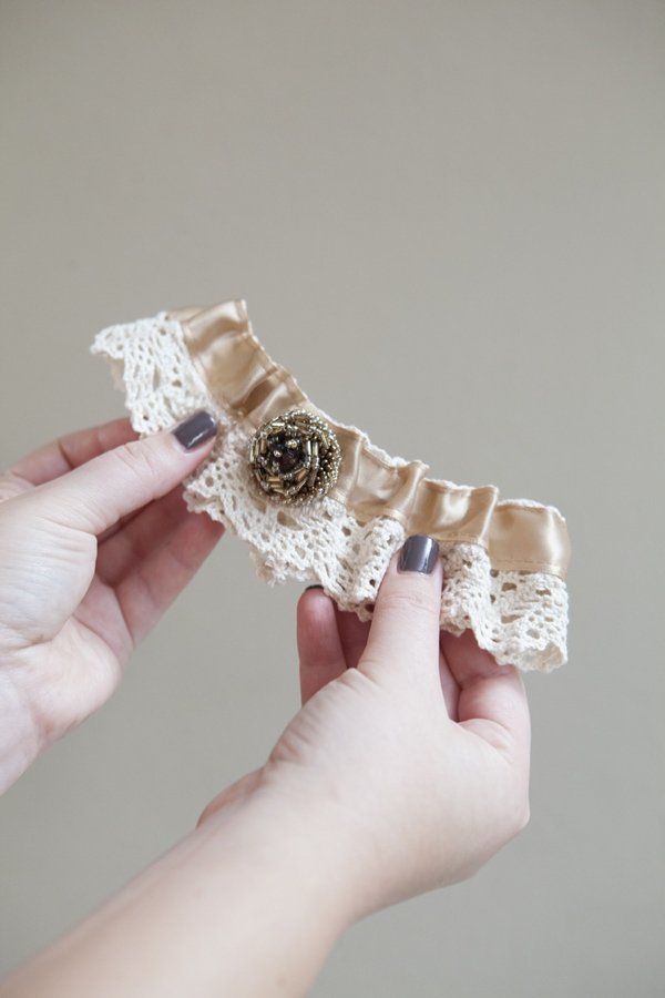 ST_DIY_how_to_make_a_wedding_garter_0015.jpg