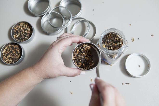 DIY: tea tin wedding favors