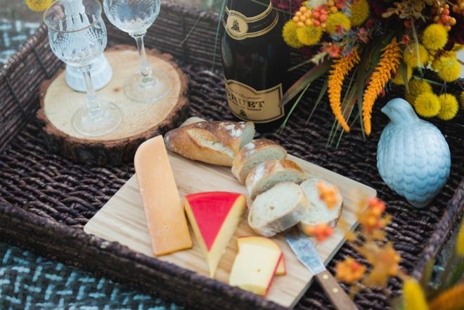 Engagement champagne picnic