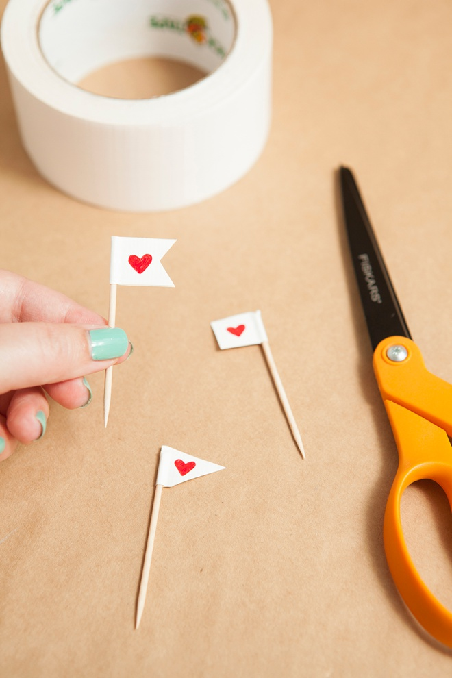 Adorable simple DIY bunting cupcake toppers!