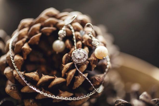 Brides jewelry.