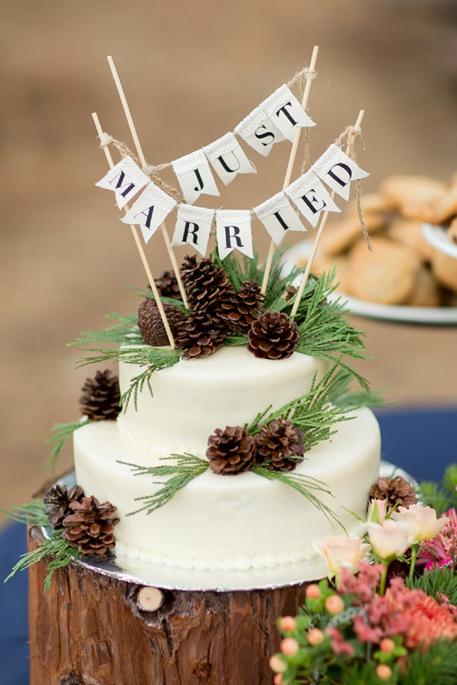 Loving this rustic wedding cake!