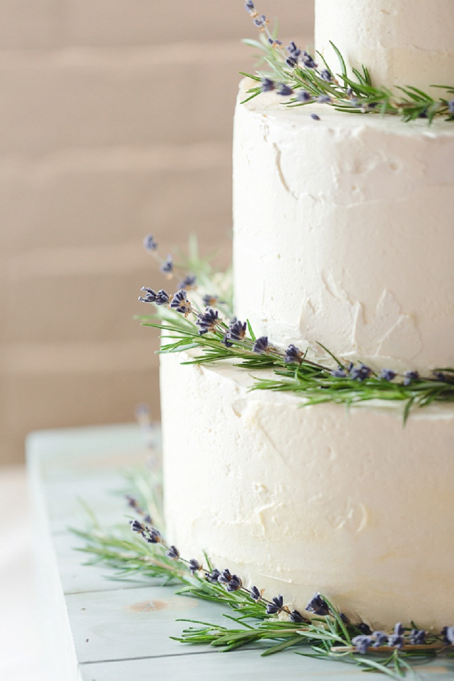 We're loving this simplistic wedding cake - so gorgeous!