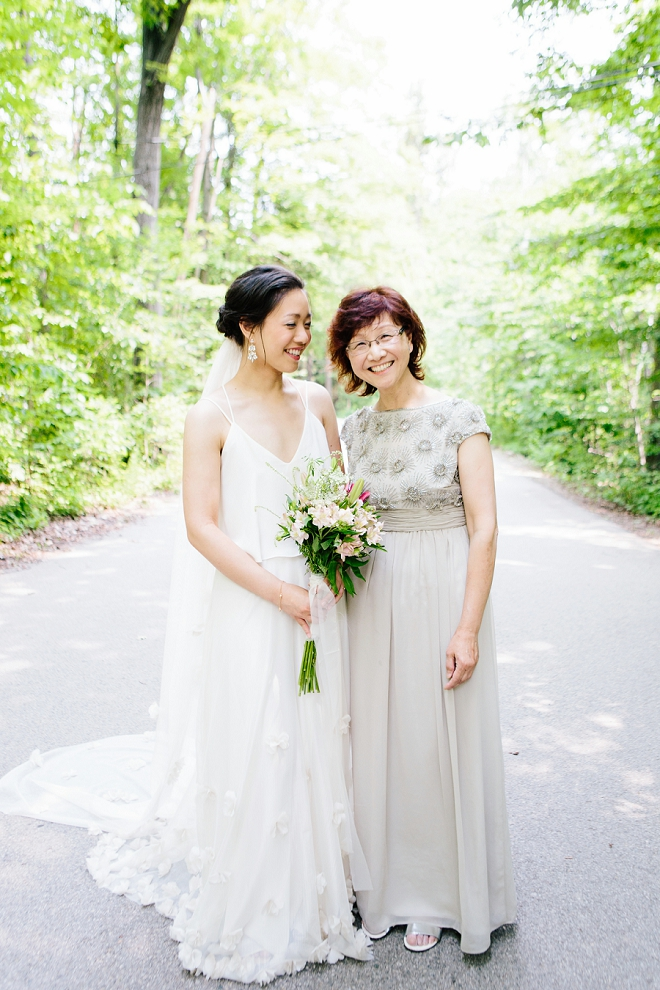 Loving this sweet snap of the Bride and her Mom!