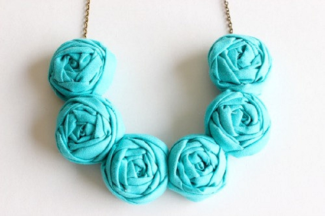 We love this bright turquoise necklace for a fun beach wedding!