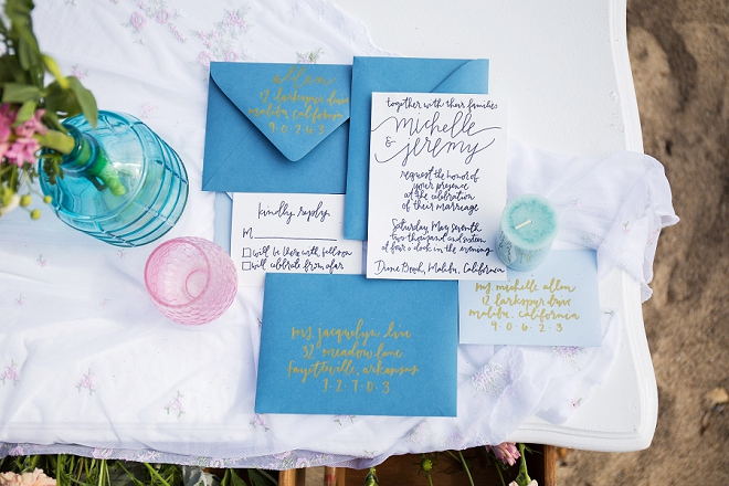 How gorgeous is this blue hand lettered invitation set?! LOVE!