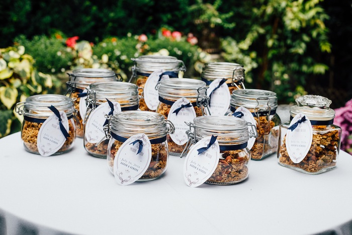 I love the idea of making your own wedding favors! These homemade granola gifts look so easy!