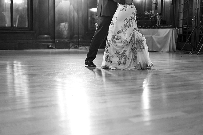 We love this gorgeous snap of the Bride and Groom's first dance!
