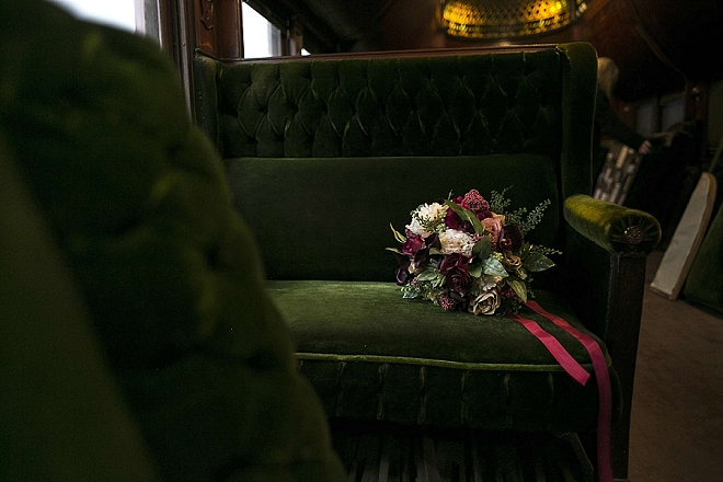 How stunning is this moody wedding bouquet!? We love it!