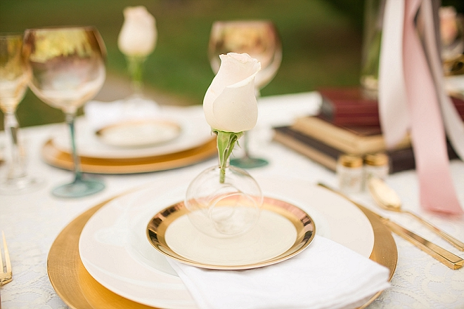How gorgeous is this single floating rose table setting?! LOVE!