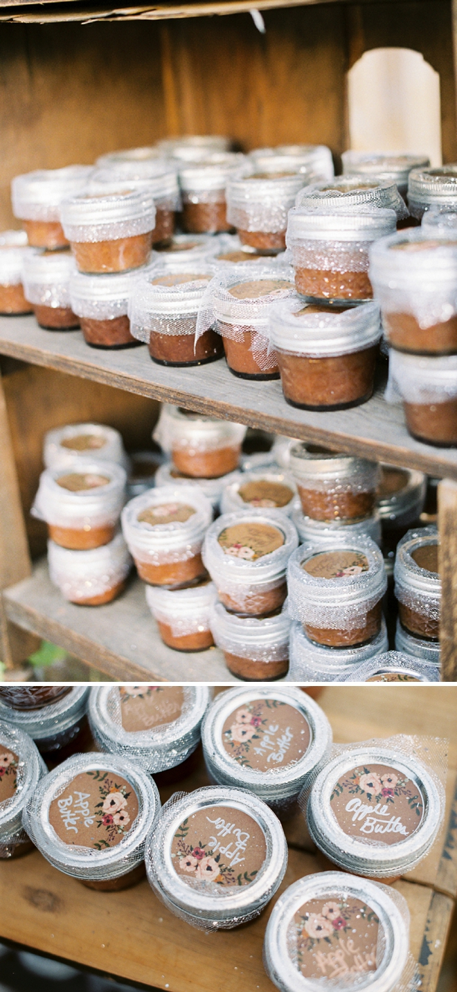 How sweet are these homemade jam wedding favors?! LOVE them!