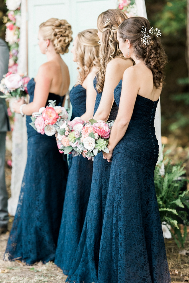 How gorgeous are these navy strapless bridesmaids dresses?! We love them!