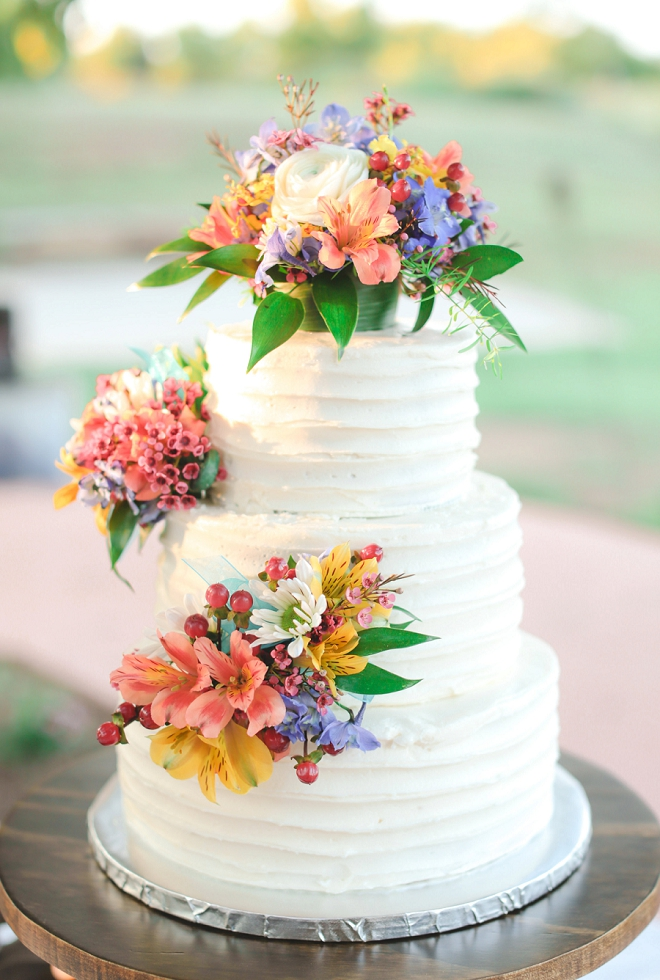 We love this couple's simplistic and bright wedding cake!