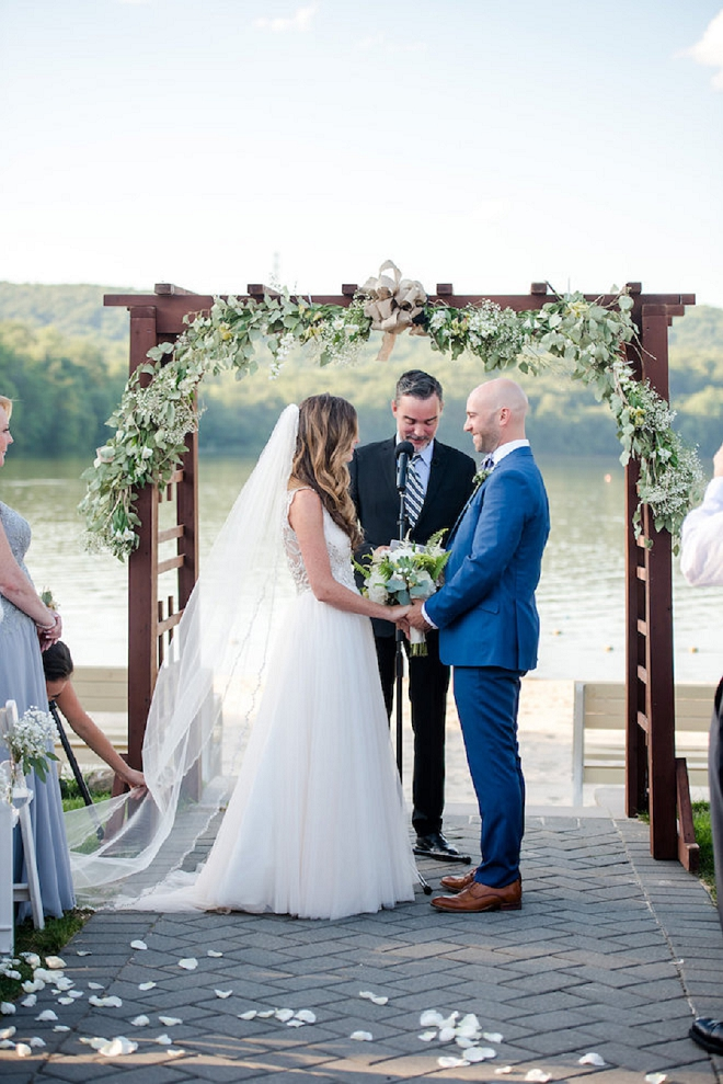 Crushing on this super sweet lakeside ceremony!
