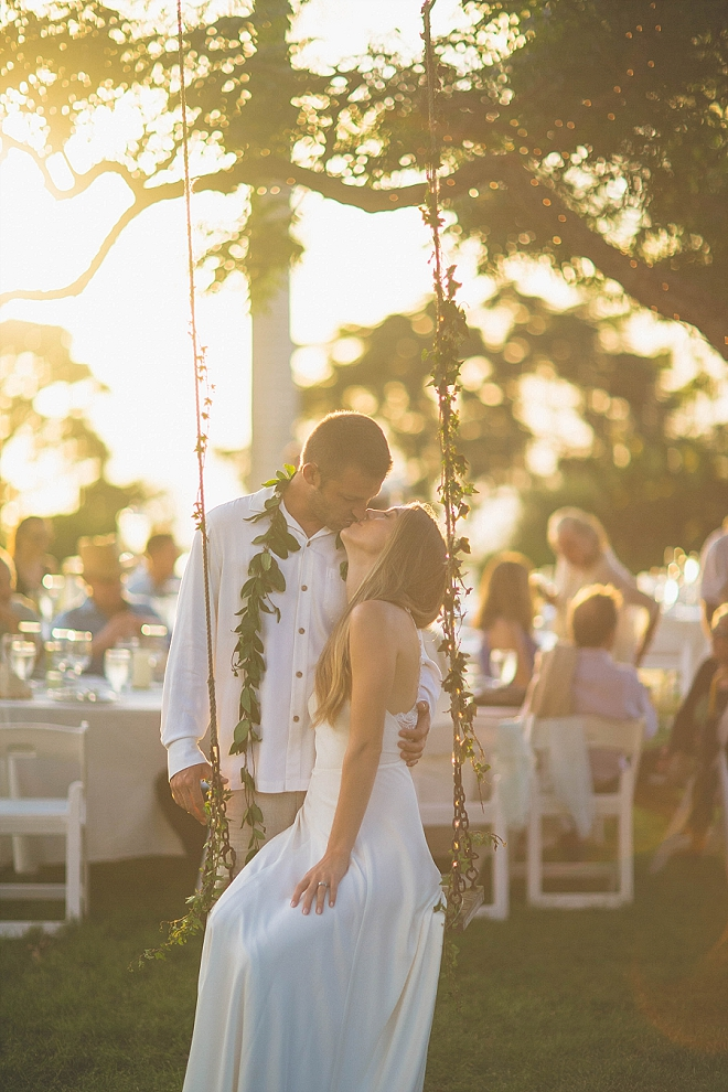 How dreamy is this stunning reception in Hawaii?! We're in LOVE!