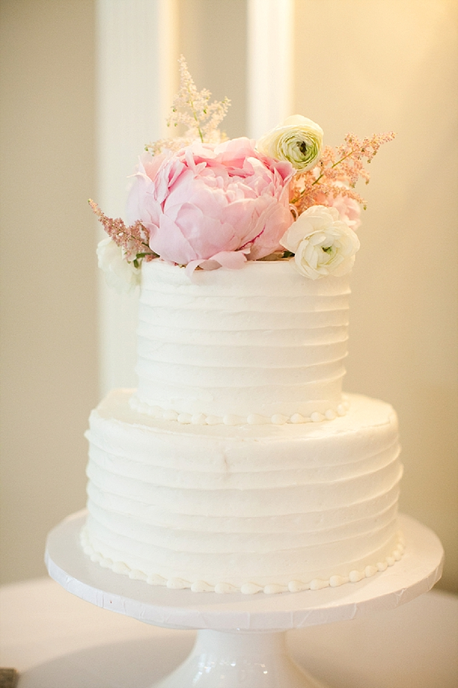 In LOVE with this sweet couple's stunning wedding cake!