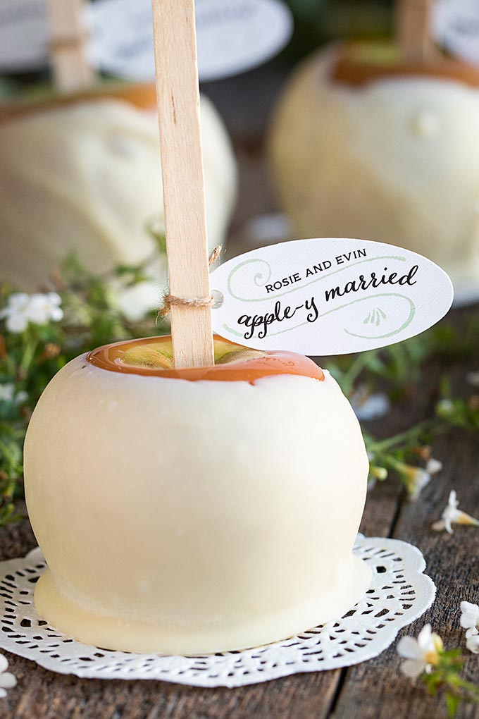 These apple-y married candy apple wedding favors are so cute!