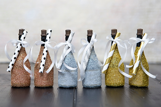 OMG, these DIY glittered mini champagne bubbles are the cutest!
