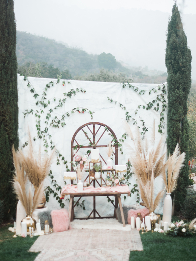We love this desert table with pampas grass detail.