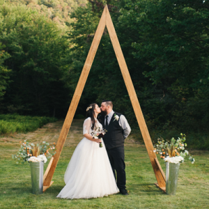 We're SWOONING over this gorgeous wooded wedding with SO many gorgeous DIY details!