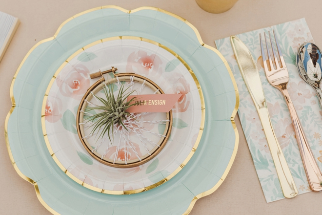How cute is this embroidery hoop air plant favor that is a seating card too!?
