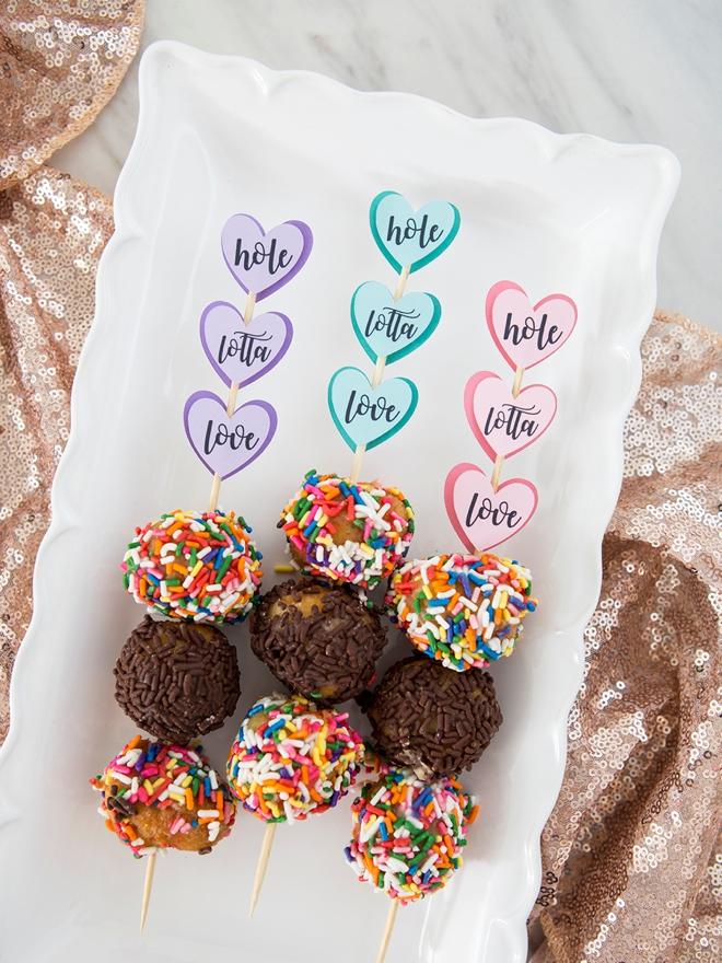 Make your own donut skewer wedding favors!