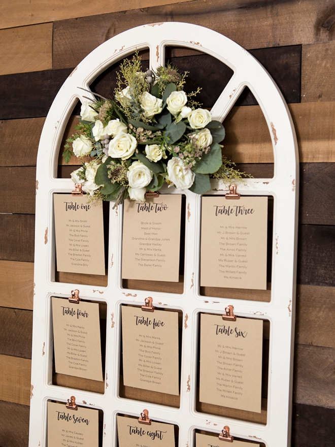These DIY wedding sign flower arrangements are gorgeous!