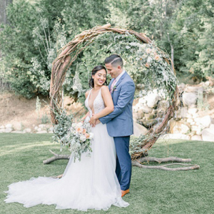 How STUNNING is this ceremony arch? Every detail is stunning at this styled intimate elopement on the blog now!