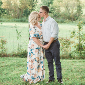 We're swooning over this gorgeous Tennessee Spring engagement session!