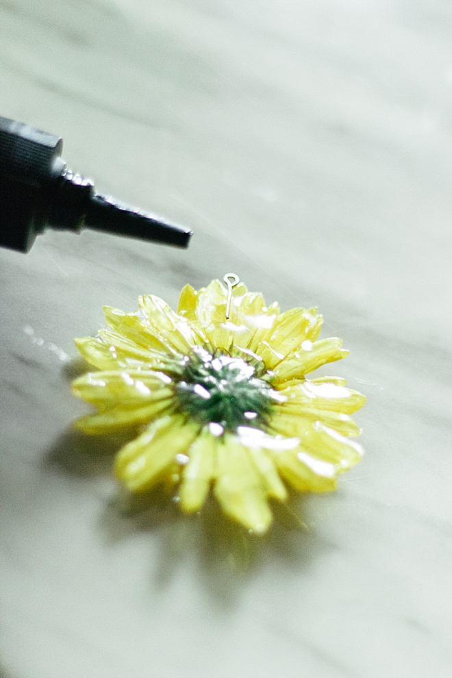 You need to make this beautiful pressed flower necklace!