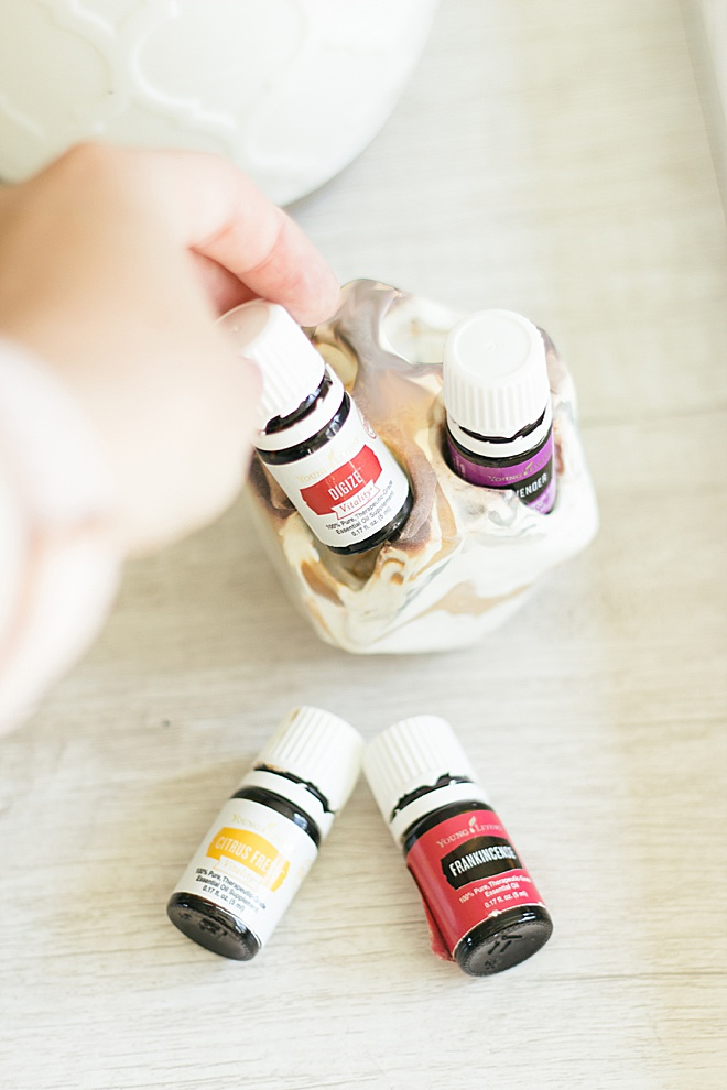 Tired of your favorite oils always being lost somewhere in your house? Now you can make a super cute essential oil holder from clay at home!