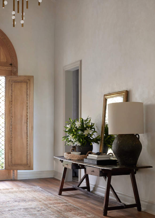 So in love with this oversized black, chalky vintage lamp with a linen shade. This is the most beautiful entryway!  It reminds me of vintage terracotta or concrete and looks so chic. #lighting #lights #entryway #diy #inspo