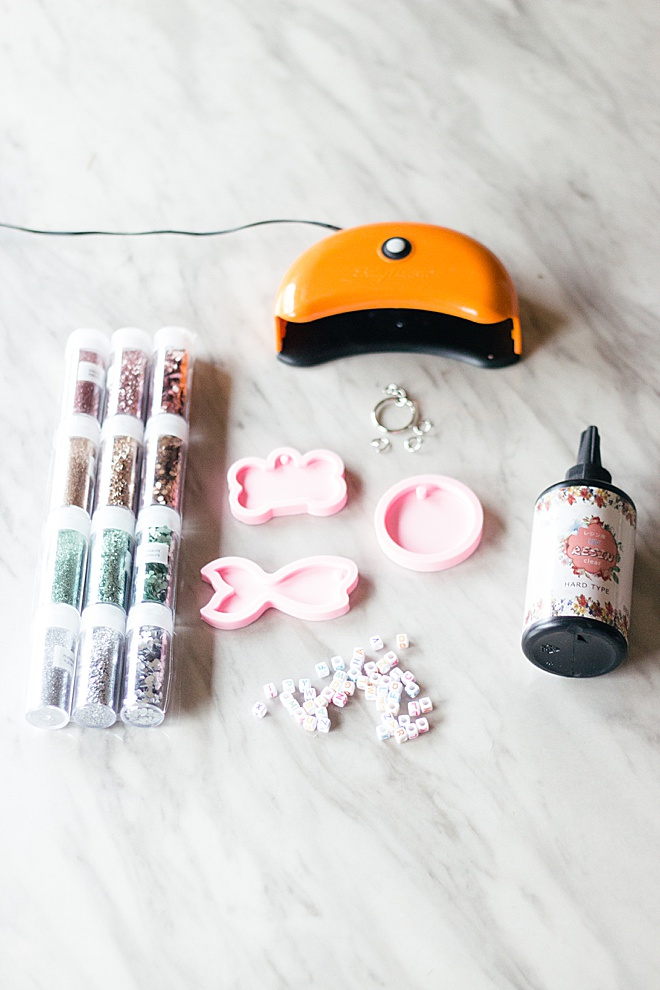 A DIY tutorial for everyone you know! Add this resin tag to your animal's collar, diaper bag, or purse!