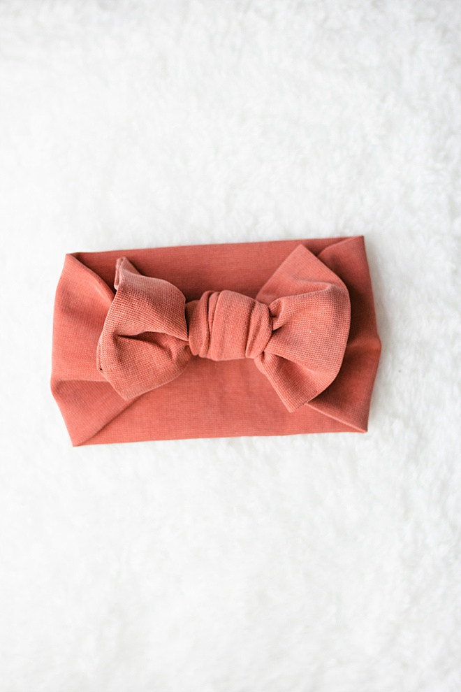 The CUTEST DIY and guess what, it's SO EASY! No-sew baby bows on the site now!