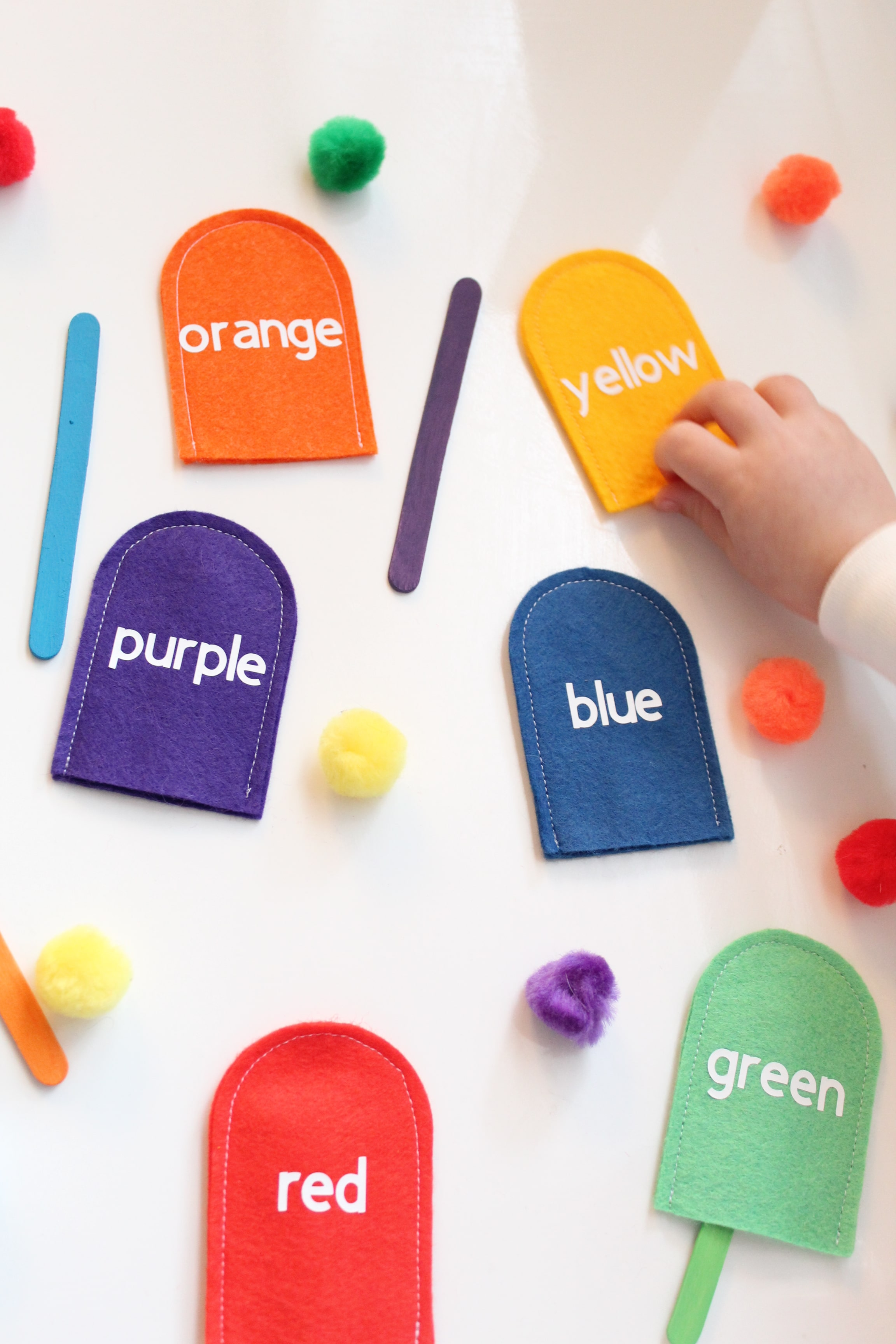 Your little one will have SO much fun learning their colors with this DIY felt popsicle color matching activity!