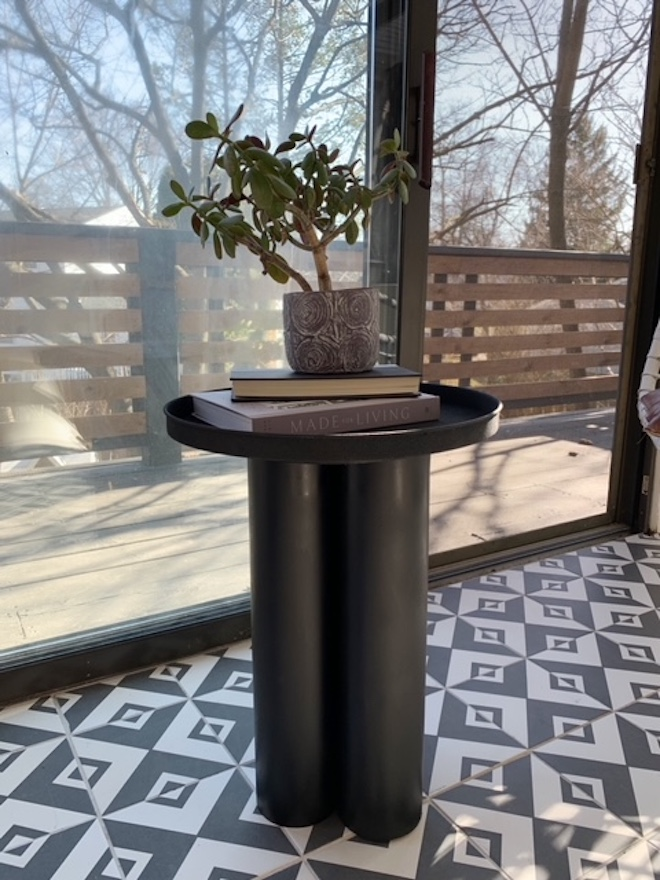 Trendy and simple! You have to see this DIY pedestal table!