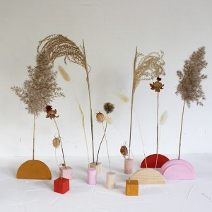 Check out these cute and colorful easy DIY dried floral bud vases!